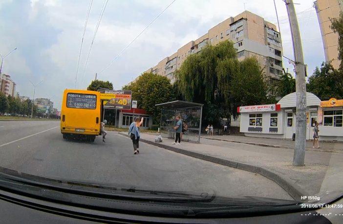 У Львові дитина випала із маршрутки, яка рушила із відкритими дверима