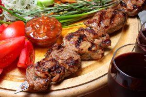 Як приготувати маринад до шашлику: ТОП-8 рецептів, які зроблять м'ясо неймовірно ніжним