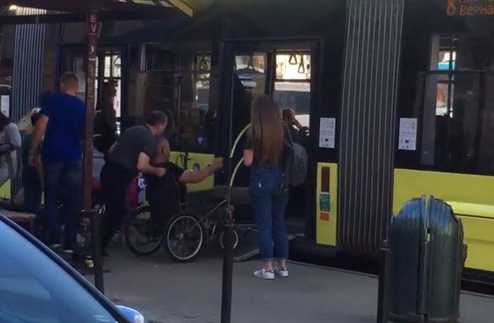 Молодець: у Львові водій трамвая №8 вийшов, щоб допомогти маломобільному пасажиру (відео)