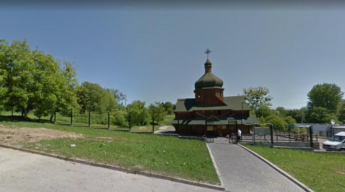 Наявна дерев'яна церква на місці майбутньої забудови