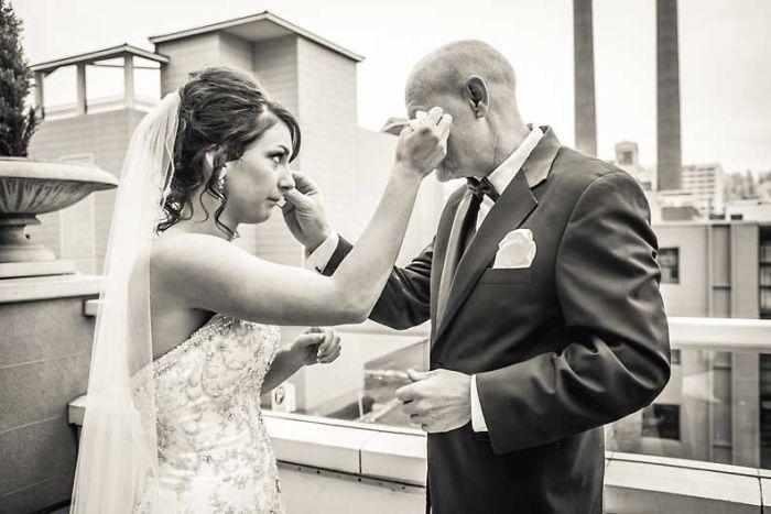 20 зворушливих світлин, де тати вперше бачать своїх доньок у весільній сукні