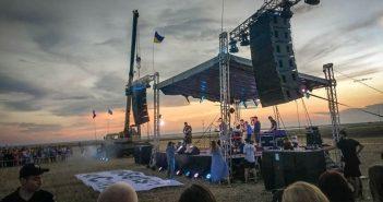 На адмінкордоні з Кримом «Бумбокс» заспівав «Наодинці», звертаючись до Сенцова