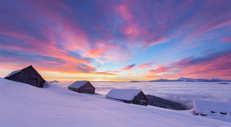 Світанок у зимових горах Карпатах