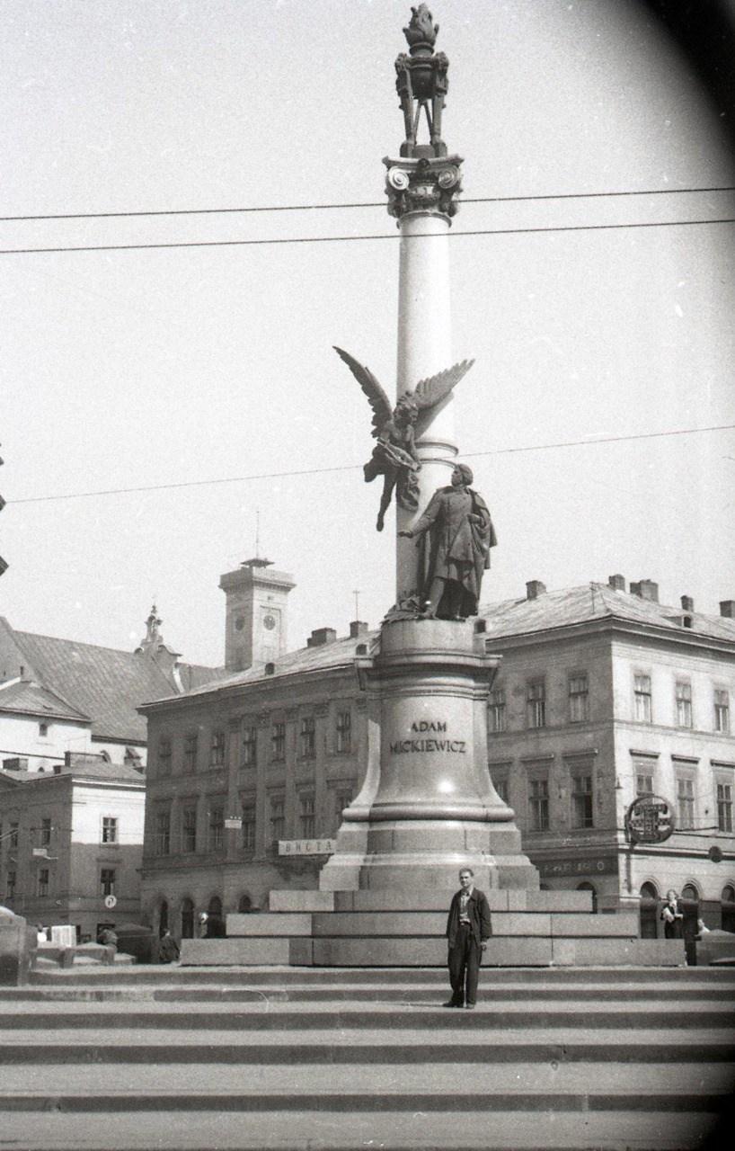 Пам'ятник Адаму Міцкевичу. Фото Анатолія Васильківського, 1956 р.