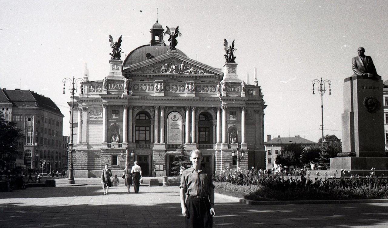 Львівський оперний театр та пам'ятник Леніну. Фото Анатолія Васильківського, 1956 р.