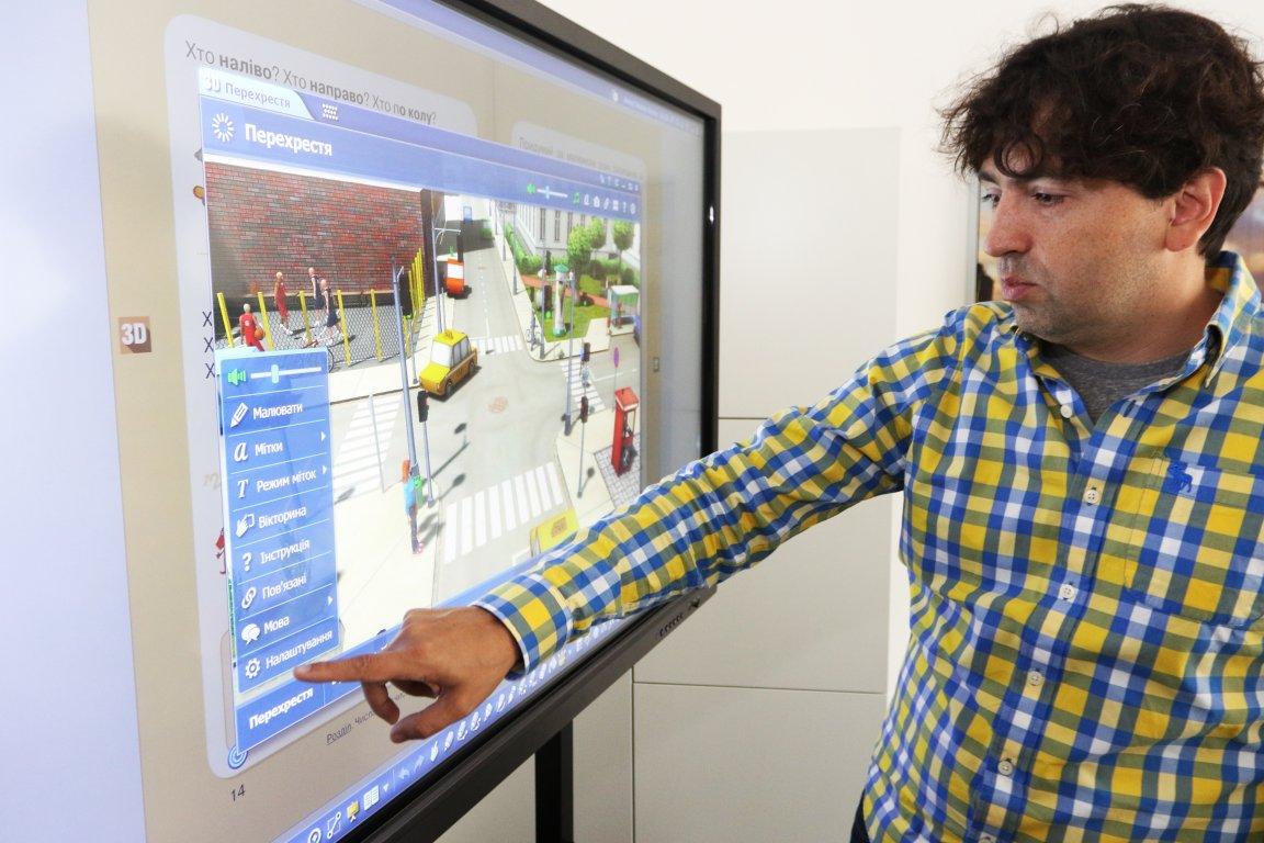 За допомогою інтерактивної панелі можна вчити дітей будь-якого віку