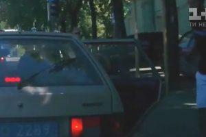 Поліцейські викинули сміття з авто, але отримали його назад від перехожого (відео)