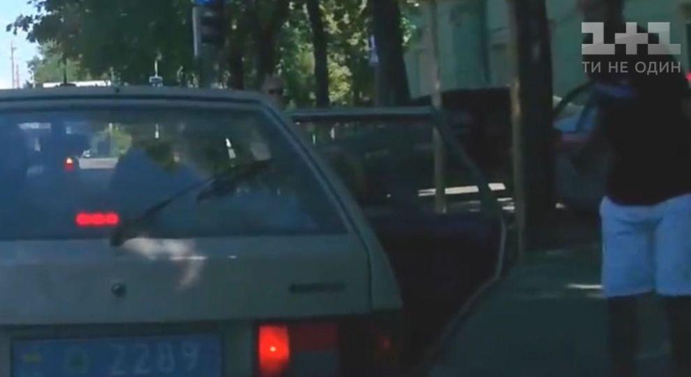 У Дніпрі копи викинули сміття з авто, але отримали його назад від перехожого (відео)