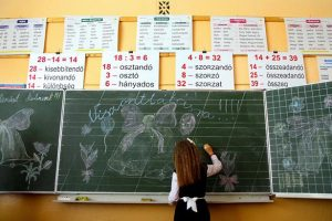 Заборонити побори в школах: українка звернулася до президента