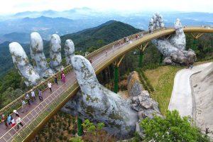 """У В'єтнамі висотний міст, що виглядає наче з фільму """"Володар кілець"""": його підтримують велетенські долоні"""