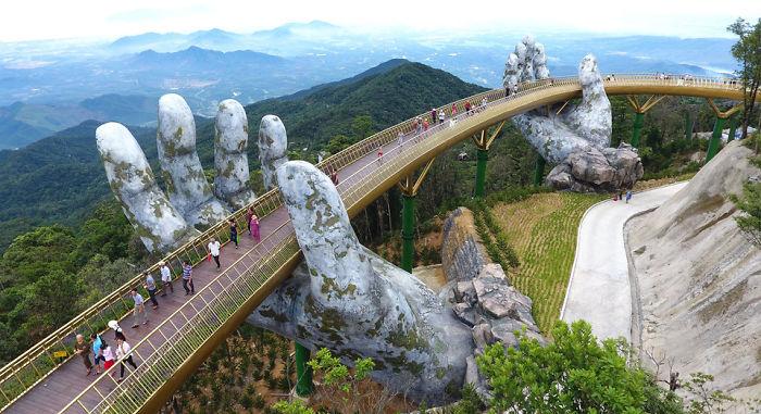 """У В'єтнамі висотний міст, що виглядає наче з фільму """"Володар кілець"""": його підтримують велетенські лодоні"""