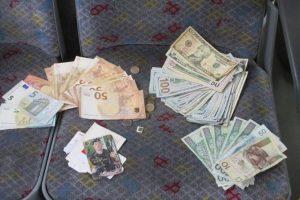 7700 доларів, 945 євро та 575 злотих: поляк повернув заробітчанину з України загублену річну зарплату