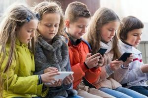 У Франції заборонили смартфони у школах