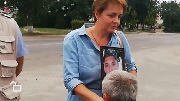 Водія маршрутки змусили цілувати руки матері бійця, полеглого в АТО