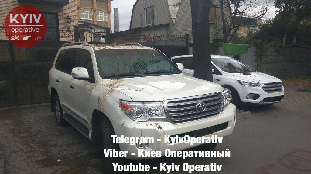 ''Як же без л*йна?'' У Києві облили фекаліями автомобілі російських дипломатів