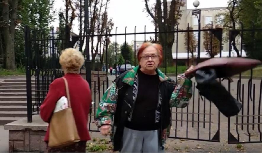 «Мразі-бандерівці ущемляють»: у Львові пенсіонерка проклинала Україну посеред міста (відео 18+)