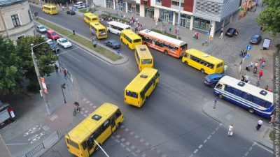На проспекті Чорновола у Львові зіткнулися дві маршрутки: є постраждалі