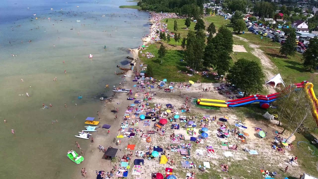 Пляж на озері Світязь в пік сезону