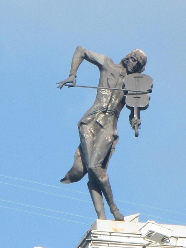 Пам'ятник «Скрипаль на даху»