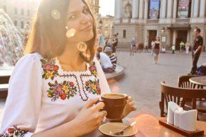 З ручною вишивкою, крайкою і коралями: де у Львові купити вишиванку