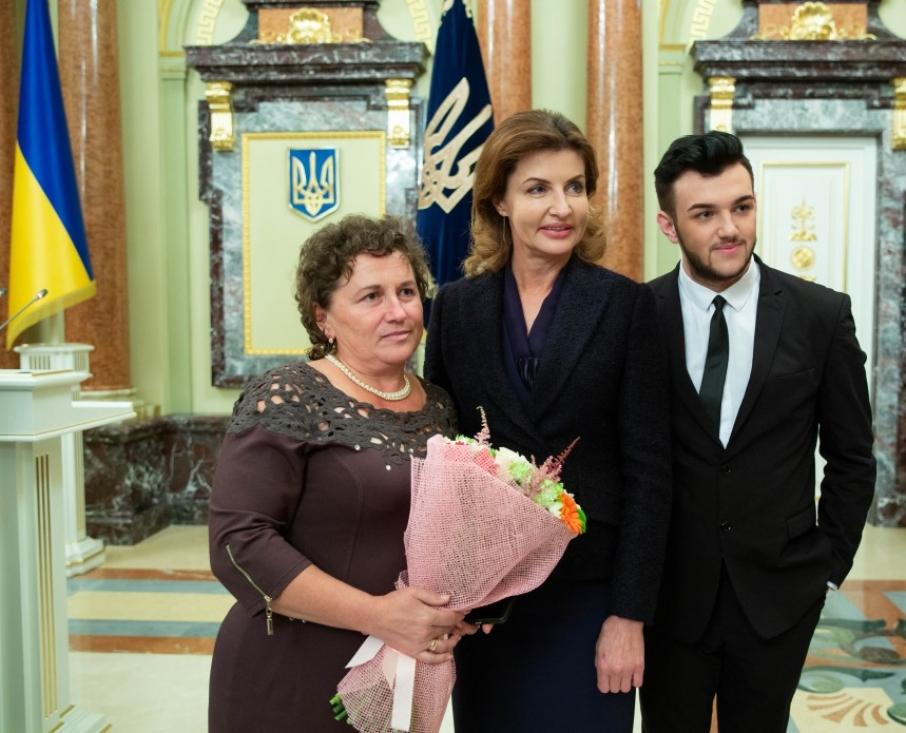 Порошенко нагородив школяра із Закарпаття за технологію вироблення паперу з опалого листя