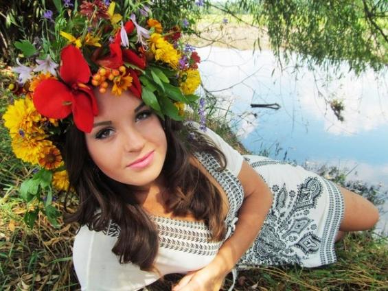 15 жовтня – Всесвітній день сільських жінок жінка вінок віночок вишиванка