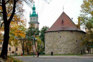 У Львові підсвітили Порохову вежу. Захоплюючі вечірні фото