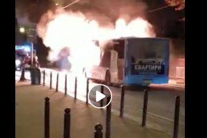 У центрі Львова під час руху загорілась маршрутка (відео)