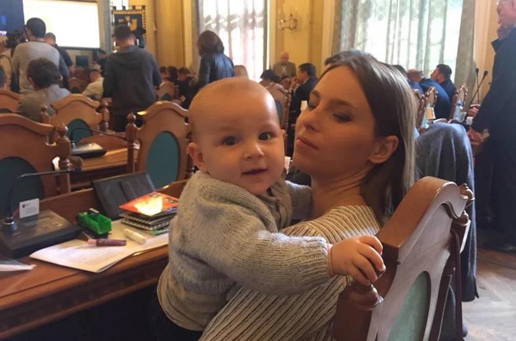 Депутатка Львівської міськради прийшла на сесію з немовлям. Фото дня
