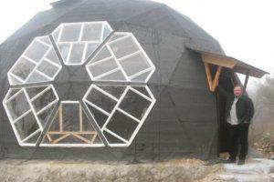 Українець збудував собі незвичайний енергоефективний будинок і платить за комунальні лише 100 гривень у місяць