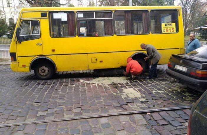 У центрі Львова в маршрутки під час руху відвалився паливний бак