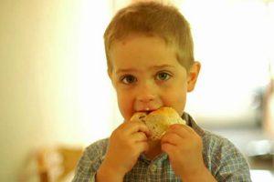 Однокласник дочки доїдав залишки від шкільних обідів, а потім провели батьківські збори