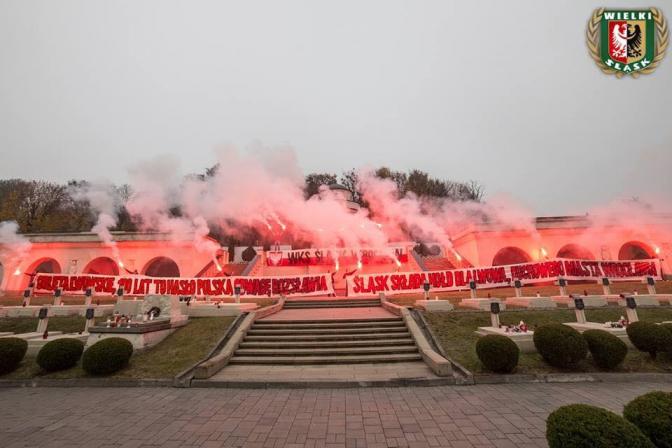 Польські ультрас палили фаєри на цвинтарі орлят у Львові