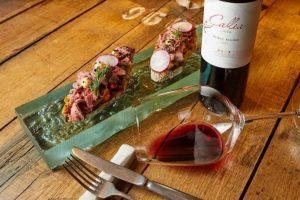 Правильні закуски до вина: 10 ідеальних поєднань