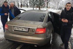 """""""Атошник йоб*ний!"""" На Прикарпатті чоловіки на авто з російськими номерами побили воїна (фото)"""