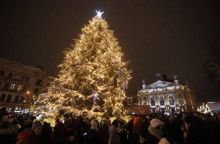новорічна різдвяна ялинка на проспекті свободи