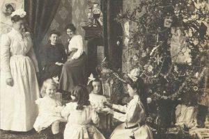Ранок Різдва на вінтажних світлинах: дивакуваті іграшки та щасливі сім'ї