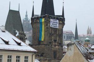 """""""Крим – це Україна! Україна – це Європа"""": у центрі Праги вивісили український прапор (фото)"""