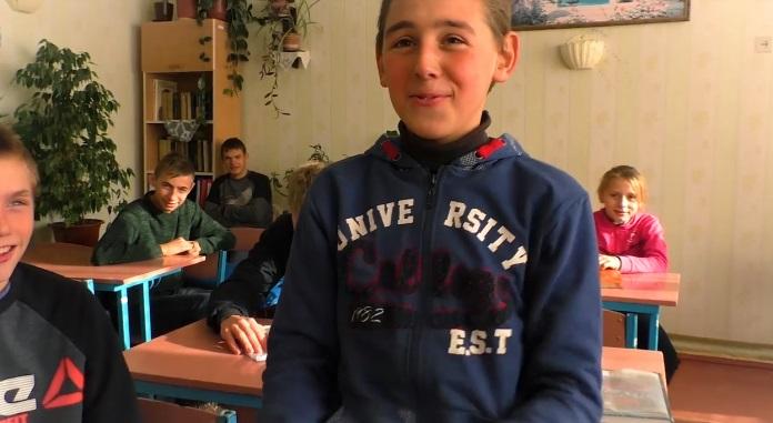 """""""Щоденник сяє дивними знаками"""": сільські школярі переспівали хіт """"Плакала"""" Kazka (відео)"""