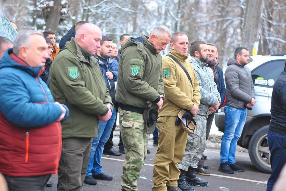 Мешканці Самбора на колінах зустріли кортеж із тілом добровольця Віктора Юрківа, героя, який пройшов найгарячіші точки війни (ФОТО)