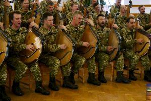 Артисти в одностроях української армії, з бандурами наперевіс відродили патріотичну пісню 1944 року
