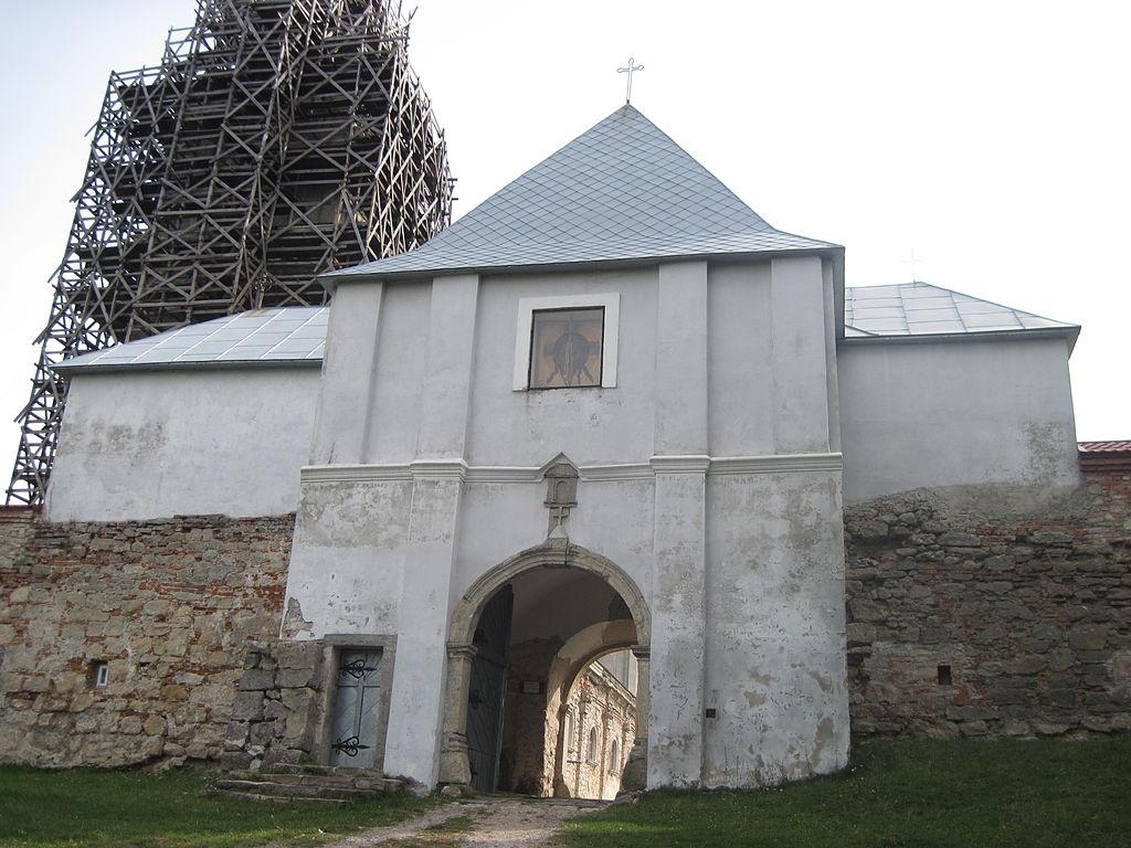 Брама монастиря ззовні