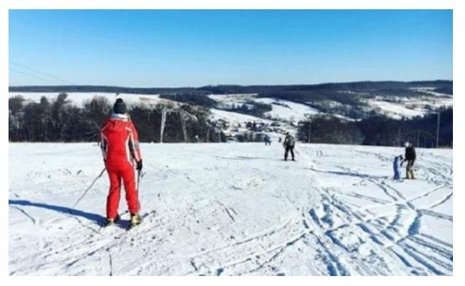 Лижний спуск на базі «Казкова поляна» у селі Поляна Миколаївського (фото з Instagram-сторінки бази «Казкова поляна»)