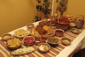 Що обов'язково потрібно зробити, коли когось із родини немає вдома за столом у Святвечір. Традиції українців