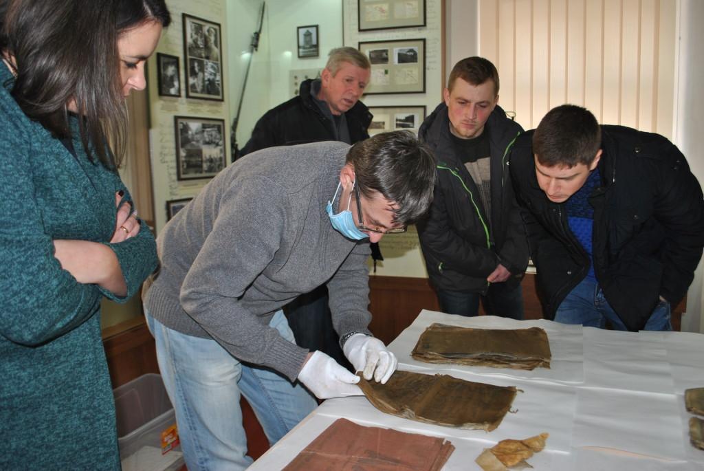 Поблизу Рогатина відкопали бідон з архівом Шухевича