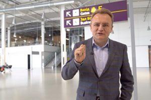 Хвилинка гумору: як Садовий не розминувся з табло в аеропорту (відео)
