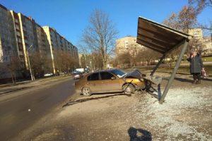 У Львові нетверезий таксист без водійських прав в'їхав у зупинку громадського транспорту