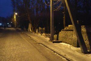 На Янівському цвинтарі у Львові обвалився аварійний цегляний паркан (ФОТО)