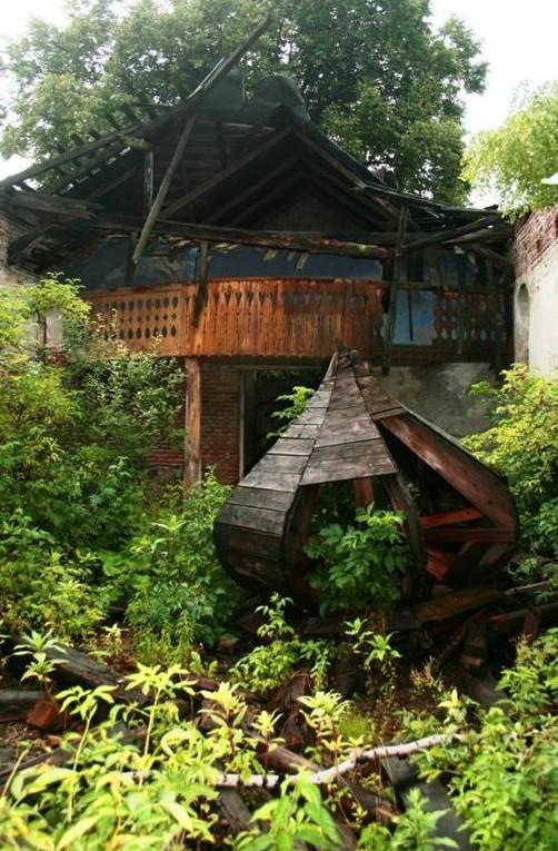 Зруйнована церква у селі Вуйковичі