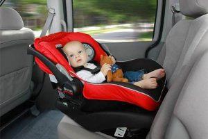 Українців будуть штрафувати за дитину в машині без автокрісла. Розміри штрафів